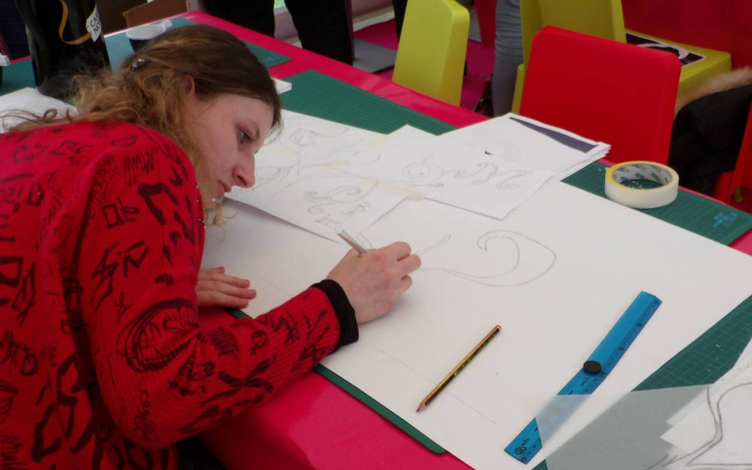 Après avoir dessiné leurs motifs, les étudiants ont ensuite pu peindre leurs briques./ Photo Yannick Lonca