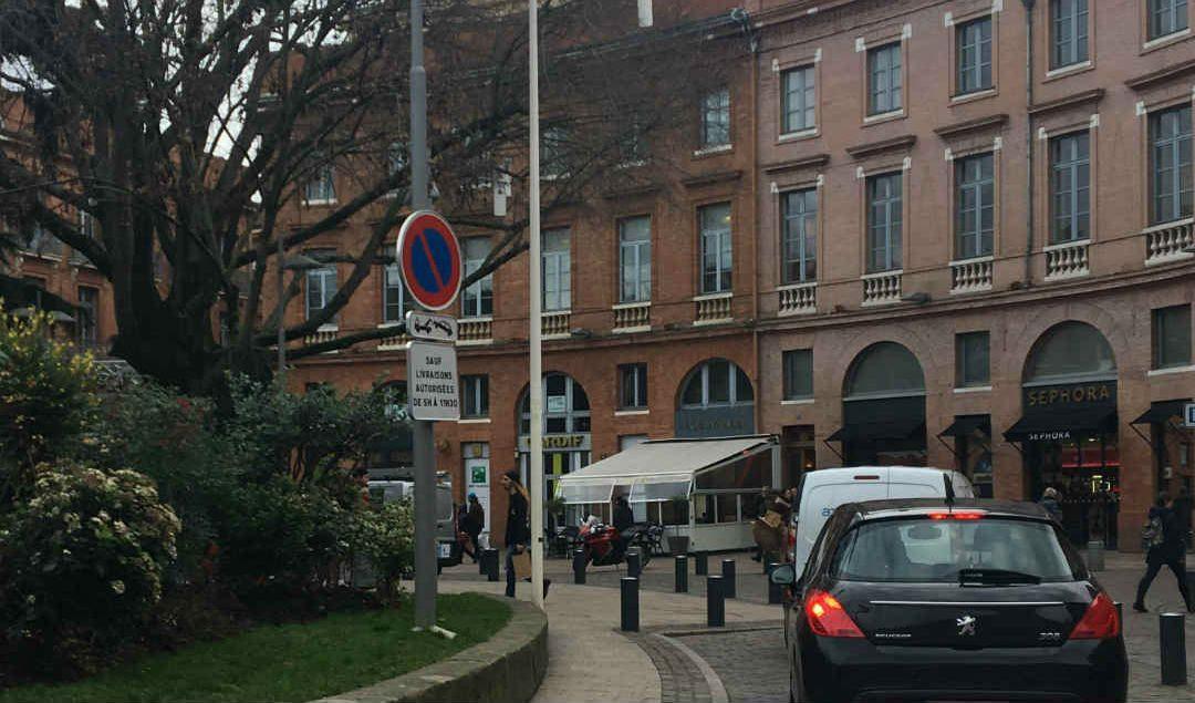 Les Toulousains prennent les places réservées aux taxis ou au bus./ Photo Camille Bigo