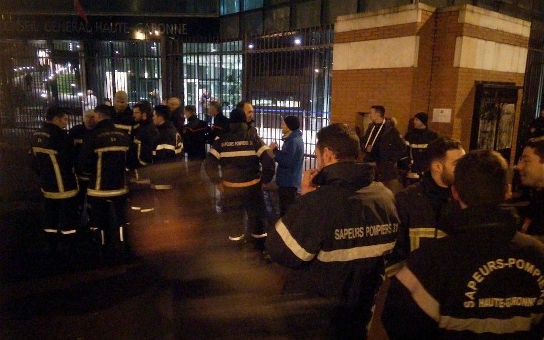 Les pompiers manifestent devant le conseil général./ Photo : Timur Michelashvili