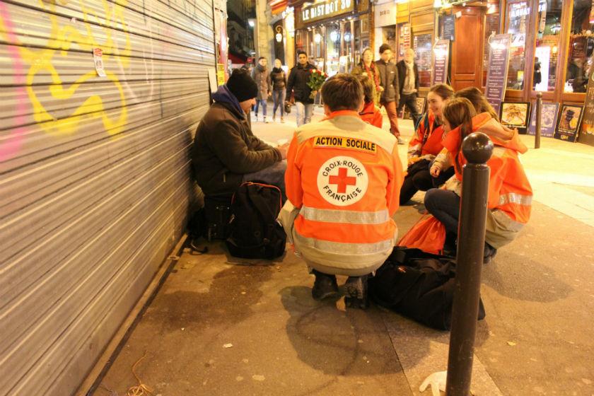 Des membres de la Croix Rouge à Paris. Crédit photo : Flickr