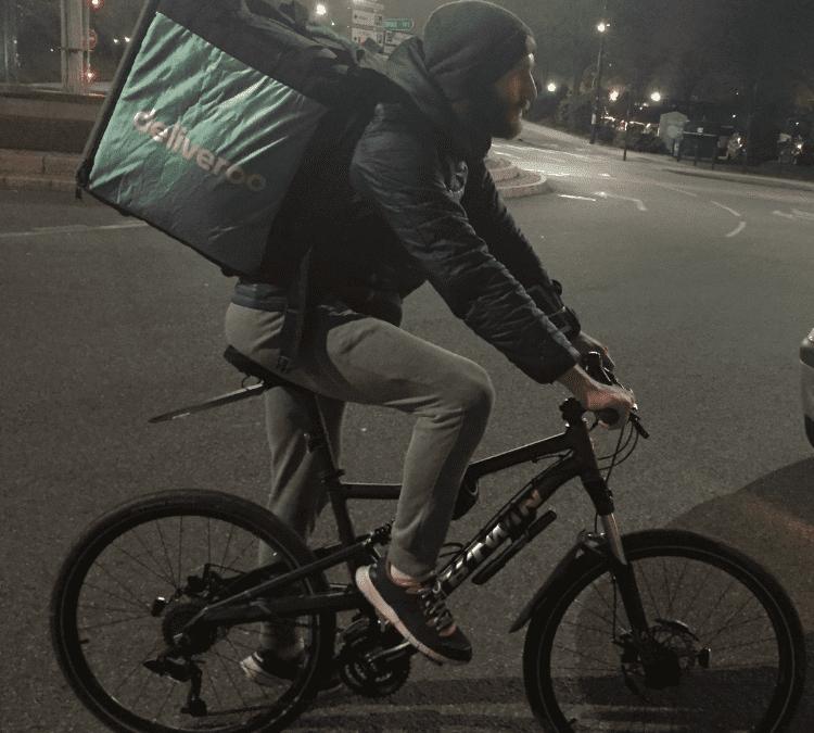 Un livreur à vélo travaillant la soirée pour Deliveroo. Crédit photo : E.R