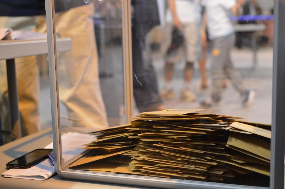 Dans certains bureaux de vote, il fallait patienter pendant plusieurs dizaines de minutes avant de pouvoir déposer son bulletin dans l'urne. / A.P.