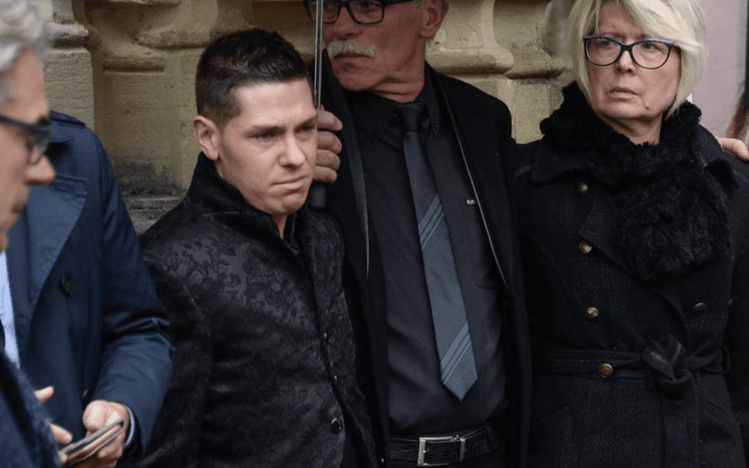 Capture d'écran L'Obs : Jonathann Daval, époux d'Alexia, entouré de ses beaux-parents.