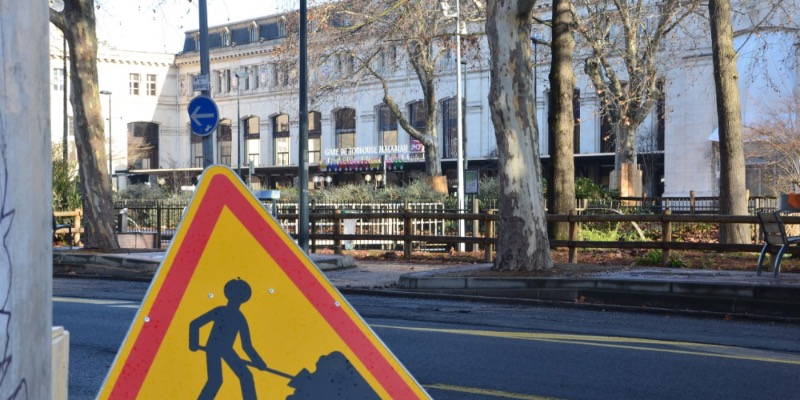 Les travaux de réduction des voies sur le boulevard Bonrepos, en face de la gare Matabiau / Crédit : Léia Hoarau