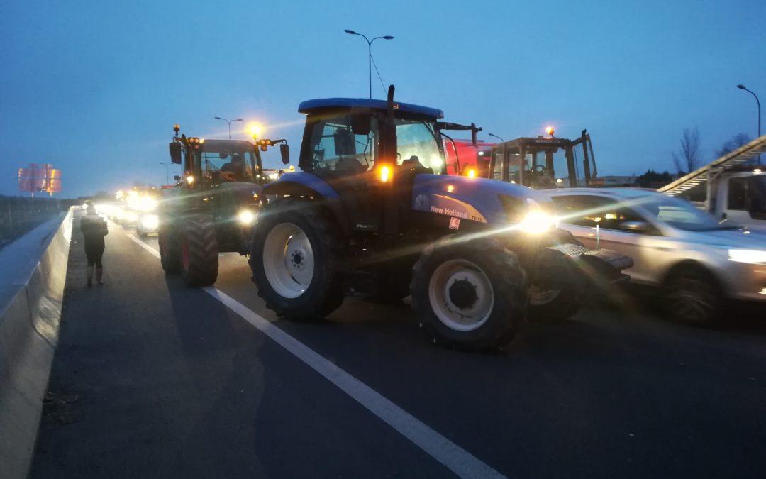 Les tracteurs bloquent le périphérique toulousain. / Crédit : Léia Hoarau