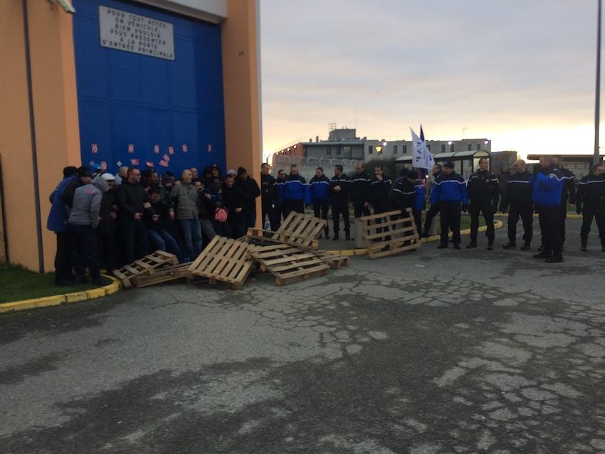 Les gendarmes sont intervenus devant le centre pénitentiaire de Seysses. Crédit photo : Samy Benattia