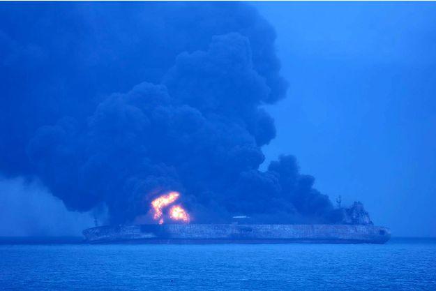 Le pétrolier iranien a brûlé durant une semaine. Crédit - Garde côtière Coréenne