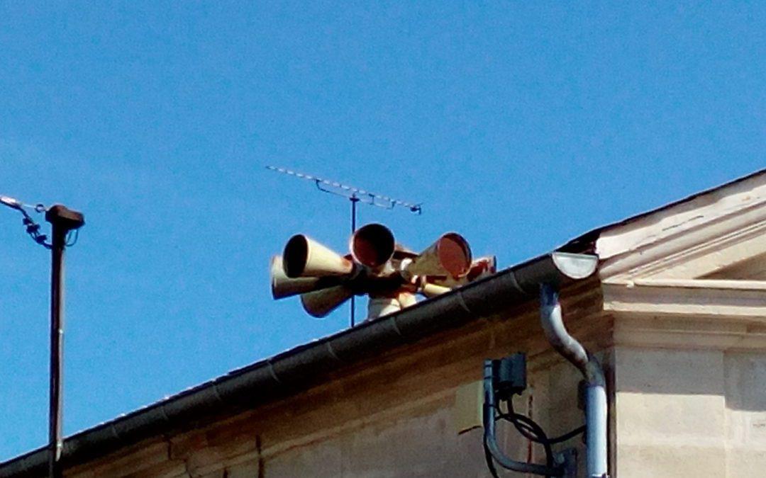 La sirène d'alerte aux populations est diffusée par hauts-parleurs. Crédit : CC