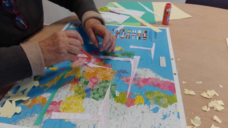 Atelier collage pour les seniors de Blagnac. Crédit photo : R.S