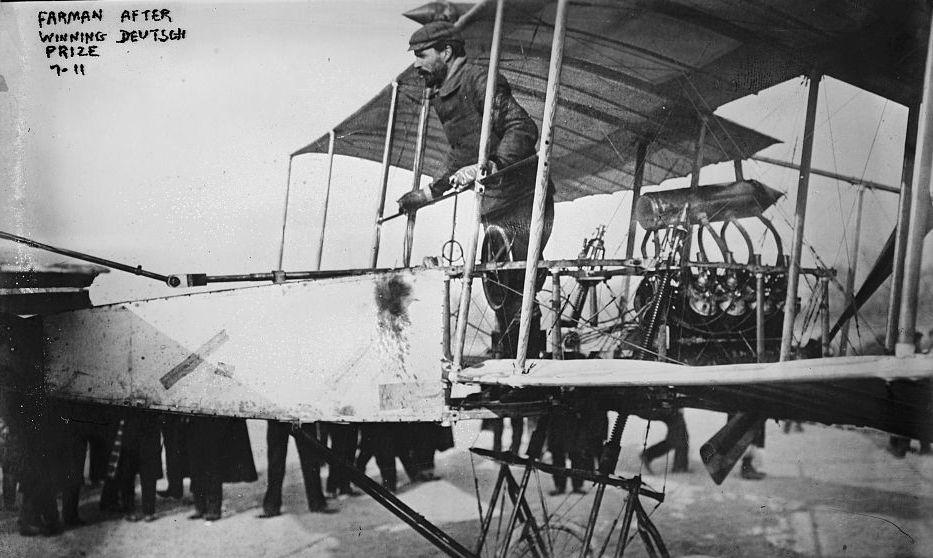L'aviateur français Henri Farman, après avoir reçu le Grand Prix d'Aviation avec son biplace de type