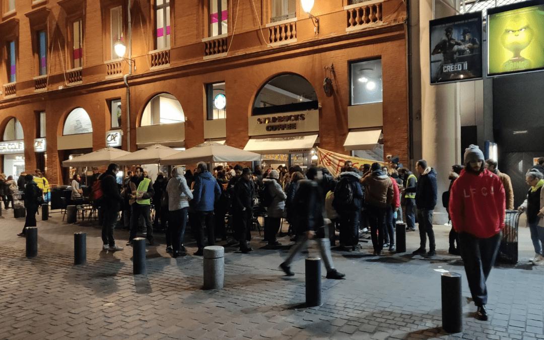 Des manifestants se mobilisent devant le StarBucks, place Wilson / Crédits : Capture d'écran Twitter Bary Issac