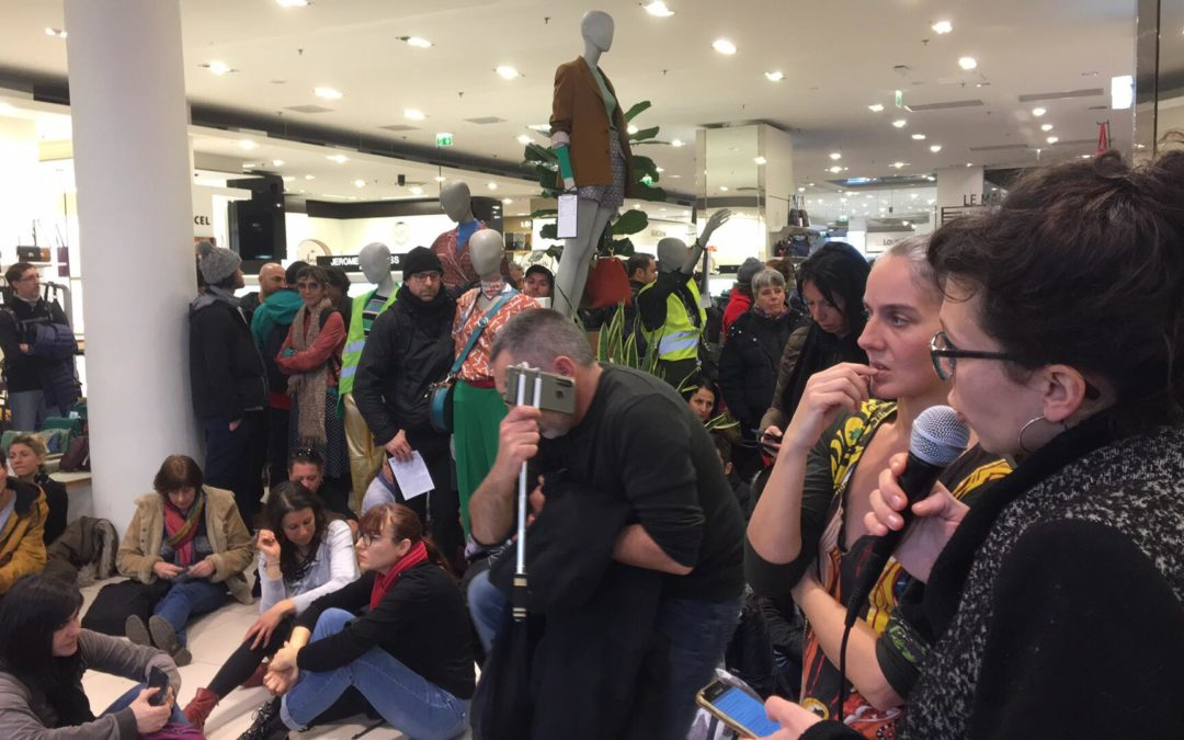 Une centaine de manifestants contre la réforme des retraites ont investi ce midi les Galeries Lafayettes dans le centre de Toulouse. Crédit : Aury Bouzar