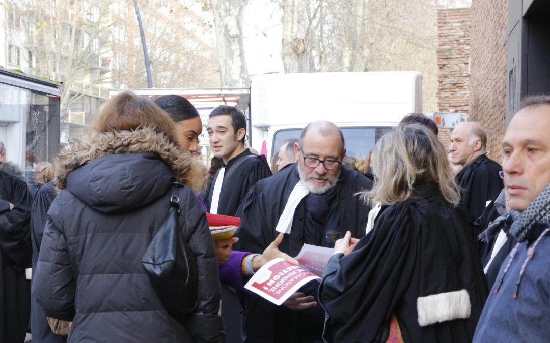 13 janvier. Une centaine d'avocats ont manifesté à Toulouse pour exprimer leur mécontentement au sujet du projet de réforme des retraites. Crédit : Léo Couffin