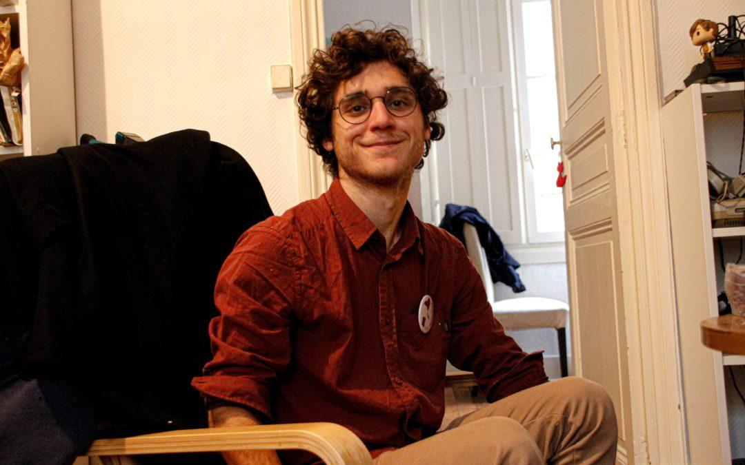 Quentin Charoy dans son appartement prépare sa campagne
