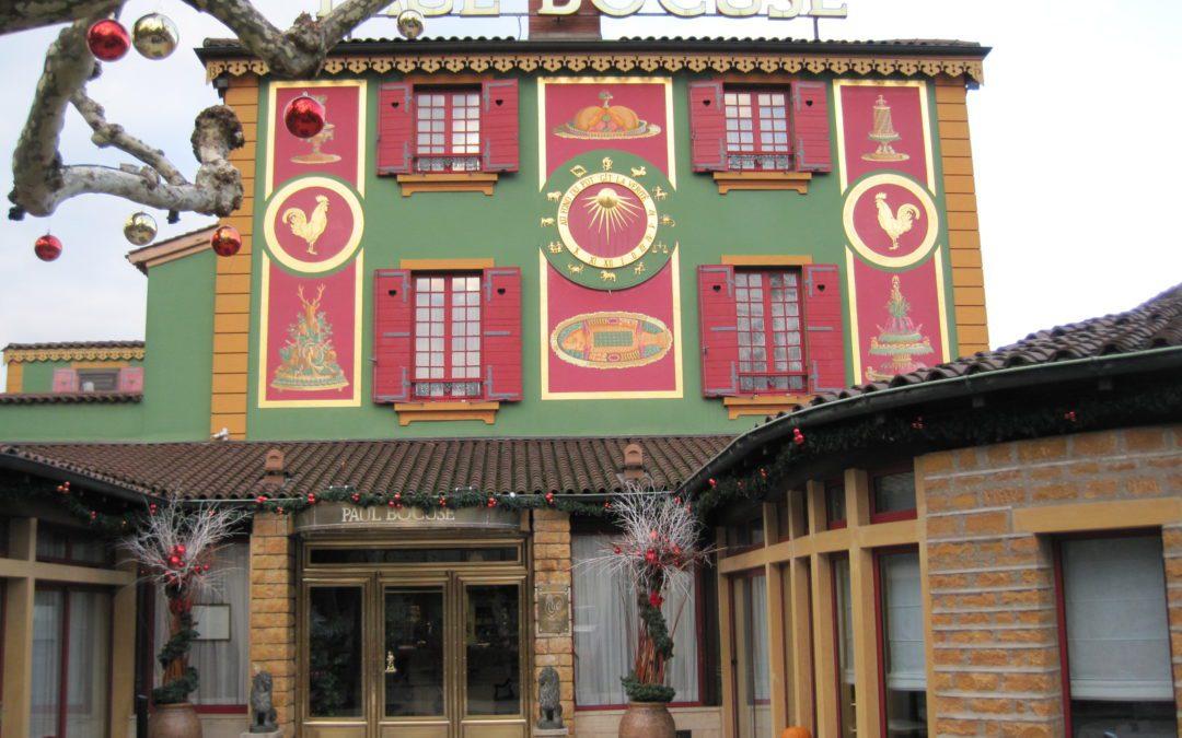17 janvier. Le restaurant de Paul Bocuse situé près de Lyon perd sa troisième étoile au Guide Michelin. Une rétrogradation qui n'a pas fait l'unanimité. Crédit : Wikimedia Commons