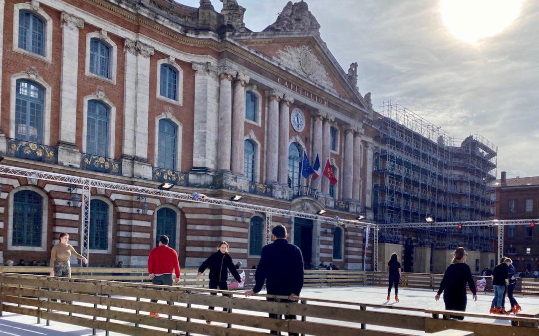 Malgré les 15°C de ce mois de février, la patinoire de la place du Capitole tourne à plein régime. (Crédit T.C.)