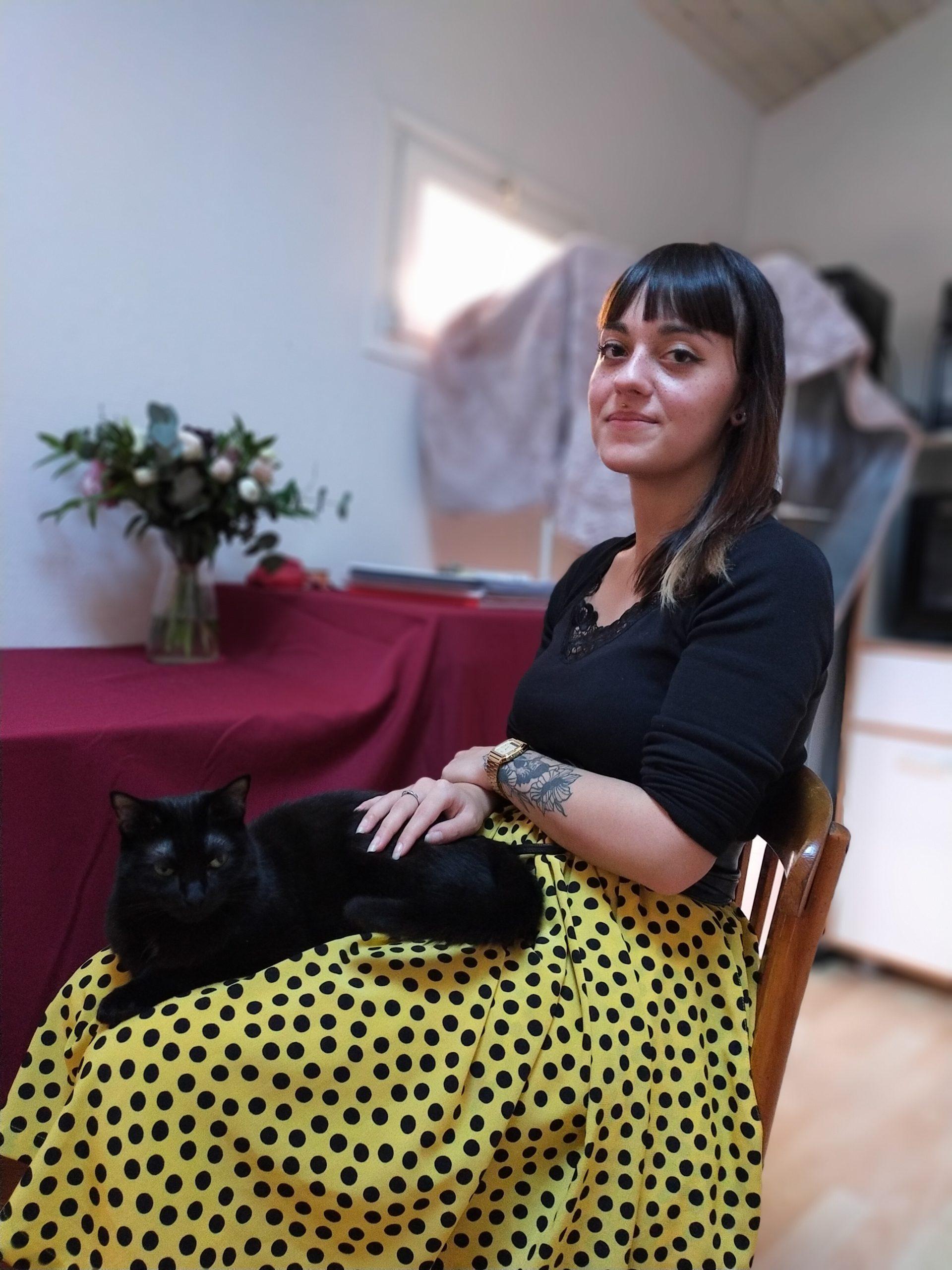 Zoé Bodet et sa chatte Naïade. Crédits : Manon Pitaud