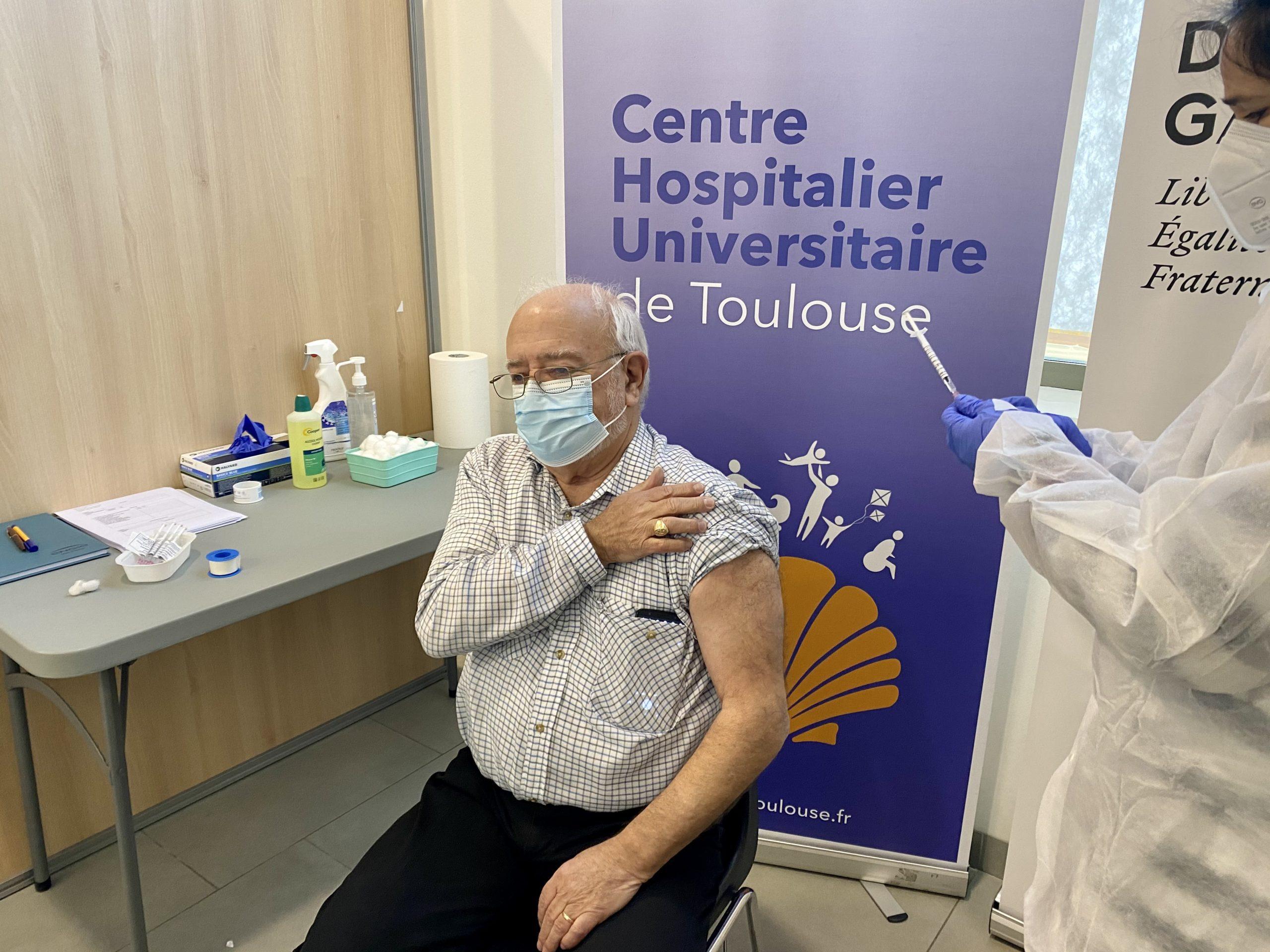 Christian est le premier vacciné du centre à Castanet-Tolosan près de Toulouse. Crédit : Guillaume Pannetier
