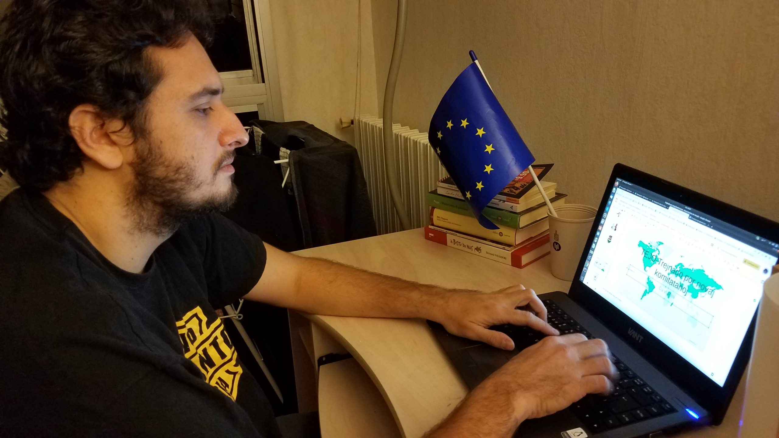 Michael Boris Mandirola travaillant sur un séminaire d'Espéranto - Crédit : Floriane Mezaz